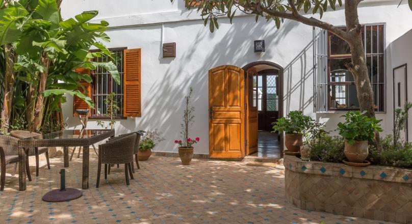 Marshan, quartier recherché de Tanger,  double villa, entièrement rénovée avec soins, prestations,de qualités , réunie par un charmant patio arboré, 2 accès