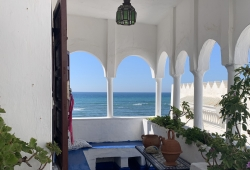 Exceptionnel par sa localisation dans la médina d Assilah, et son élégante décoration, nombreuses terrasse sur mer!