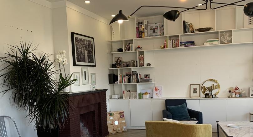 A Tanger, Iberia, dans immeuble Art déco, appartement spacieux et lumineux, double réception avec cheminée, possibilité 3 chambres, cuisine équipée, entièrement rénové.