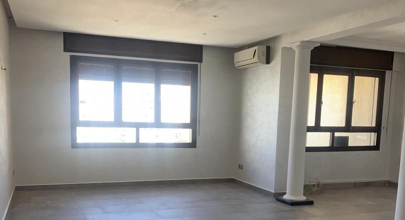 À Tanger, centre ville, bel appartement, étage élevé, 2 parking en sous sol 2 ascenseurs .