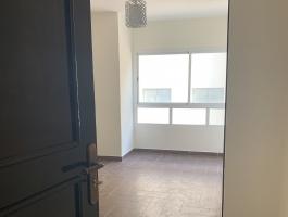 À Tanger, appartement entre mer et commerce, entièrement refait à neuf, très belles prestations, 2/3 chambres, cuisine équipée, calme.