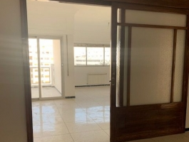 Entre centre ville et plage, appartement spacieux, vide, grande réception, sur terrasse, 3 chambres, 2 salles de bains, balcon, parking en sous sol.