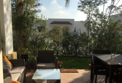 Tanger, proche du golf, dans résidence recherchée, récente, préstations de qualités, avec piscine, rez de jardin pleins sud, très belle double réception avec terrasse, suite parentale,+ 2 chambres, 2 salles de bains, parking en sous sol.